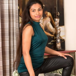 Alishaa Mae in 'Anilos' Shyly Sweet (Thumbnail 1)