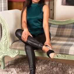Alishaa Mae in 'Anilos' Shyly Sweet (Thumbnail 3)