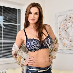 Carol Gold in 'Anilos' Housewife Shows Off (Thumbnail 5)