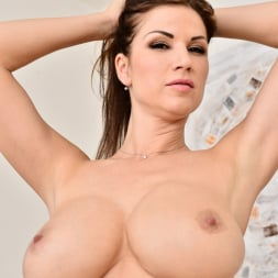 Carol Gold in 'Anilos' Housewife Shows Off (Thumbnail 8)