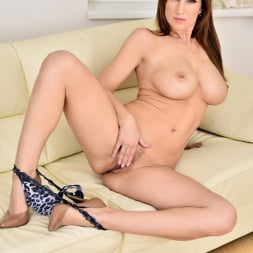 Carol Gold in 'Anilos' Housewife Shows Off (Thumbnail 11)
