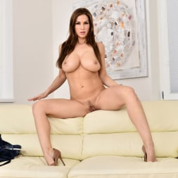 Carol Gold in 'Anilos' Housewife Shows Off (Thumbnail 13)