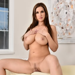 Carol Gold in 'Anilos' Housewife Shows Off (Thumbnail 14)