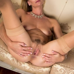 Elegant Eve in 'Anilos' Tempted To Touch (Thumbnail 16)