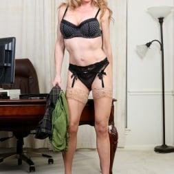 Elizabeth Green in 'Anilos' Sexy Secretary (Thumbnail 5)