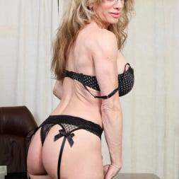 Elizabeth Green in 'Anilos' Sexy Secretary (Thumbnail 6)