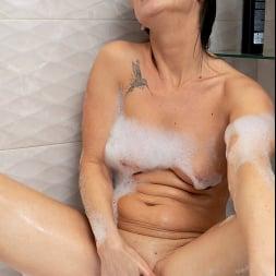 Eva Black in 'Anilos' Bubble Bath (Thumbnail 8)
