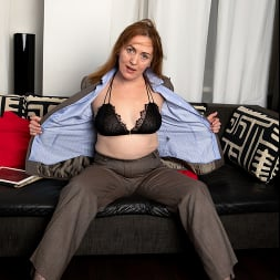 Gloria in 'Anilos' Home With Her (Thumbnail 3)