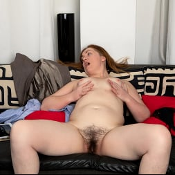 Gloria in 'Anilos' Home With Her (Thumbnail 10)
