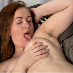 Gloria in 'Anilos' Home With Her (Thumbnail 14)