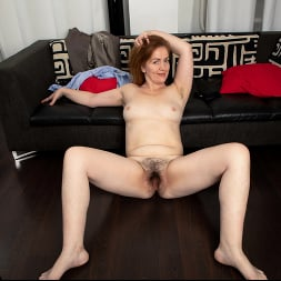 Gloria in 'Anilos' Home With Her (Thumbnail 16)