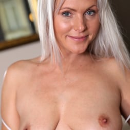 Kathy Anderson in 'Anilos' Stunning Beauty (Thumbnail 5)