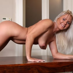 Kathy Anderson in 'Anilos' Stunning Beauty (Thumbnail 12)