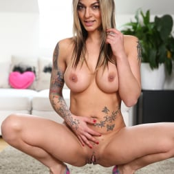 Klarisa Leone in 'Anilos' How To Please (Thumbnail 7)