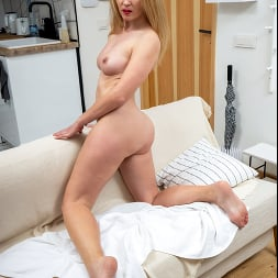 Mamie in 'Anilos' Sultry Blonde (Thumbnail 6)