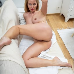 Mamie in 'Anilos' Sultry Blonde (Thumbnail 15)