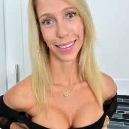 Mary Queen Fox in 'Anilos' Fit Blonde (Thumbnail 4)