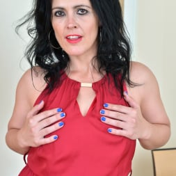 Montse Swinger in 'Anilos' Dressed To Please (Thumbnail 2)