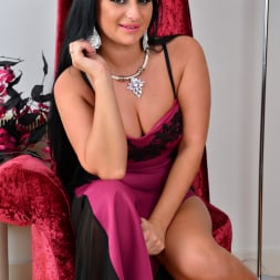 Nicola Kiss in 'Anilos' Sexier With Age (Thumbnail 1)