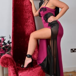Nicola Kiss in 'Anilos' Sexier With Age (Thumbnail 2)