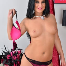 Nicola Kiss in 'Anilos' Sexier With Age (Thumbnail 6)