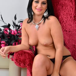 Nicola Kiss in 'Anilos' Sexier With Age (Thumbnail 8)