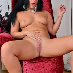 Nicola Kiss in 'Anilos' Sexier With Age (Thumbnail 11)