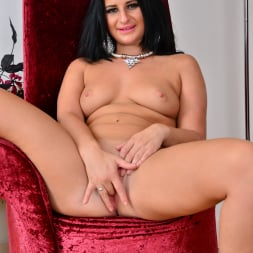 Nicola Kiss in 'Anilos' Sexier With Age (Thumbnail 12)