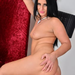 Nicola Kiss in 'Anilos' Sexier With Age (Thumbnail 15)