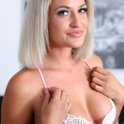 Nicole Vice in 'Anilos' Sexy Blonde (Thumbnail 2)