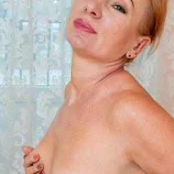 Silvia in 'Anilos' Golden Babe (Thumbnail 13)