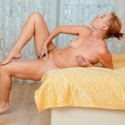 Silvia in 'Anilos' Golden Babe (Thumbnail 15)