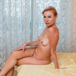 Silvia in 'Anilos' Golden Babe (Thumbnail 16)