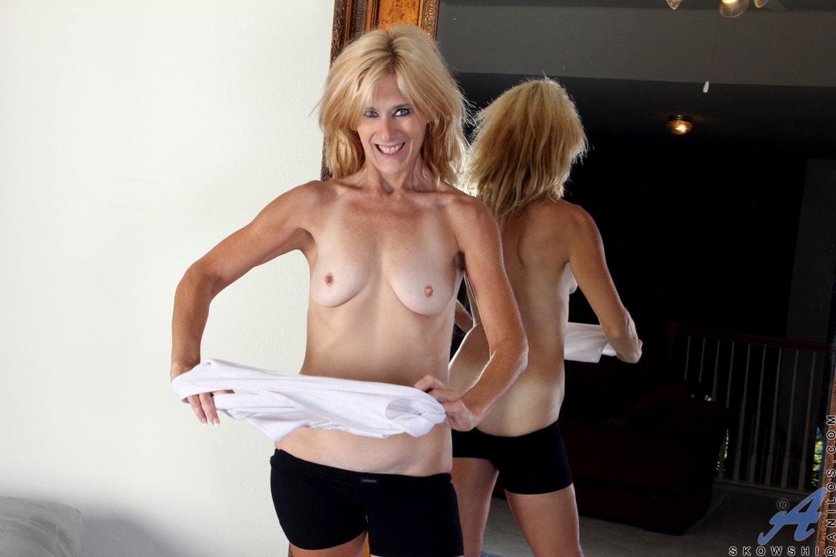 Anilos 'Sexy Workout' starring Skowshi (Photo 9)