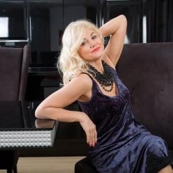 Sylvie in 'Anilos' Classic Beauty (Thumbnail 3)