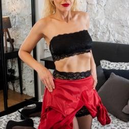 Zara in 'Anilos' Glamour Babe (Thumbnail 7)