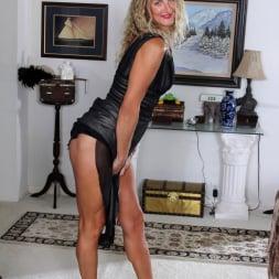Zoe Marks in 'Anilos' Blonde Tease (Thumbnail 3)
